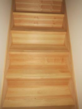 我が家の無垢の赤松で作られた階段の画像2