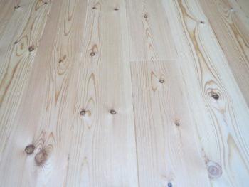 我が家の赤松の床材の画像