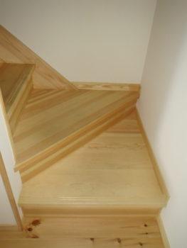 我が家の無垢の赤松で作られた階段の画像