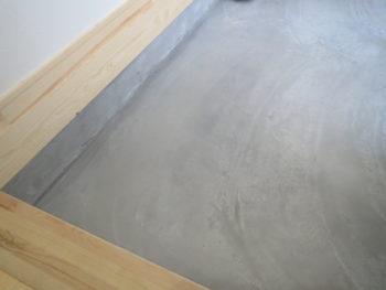 玄関のモルタルの床の画像