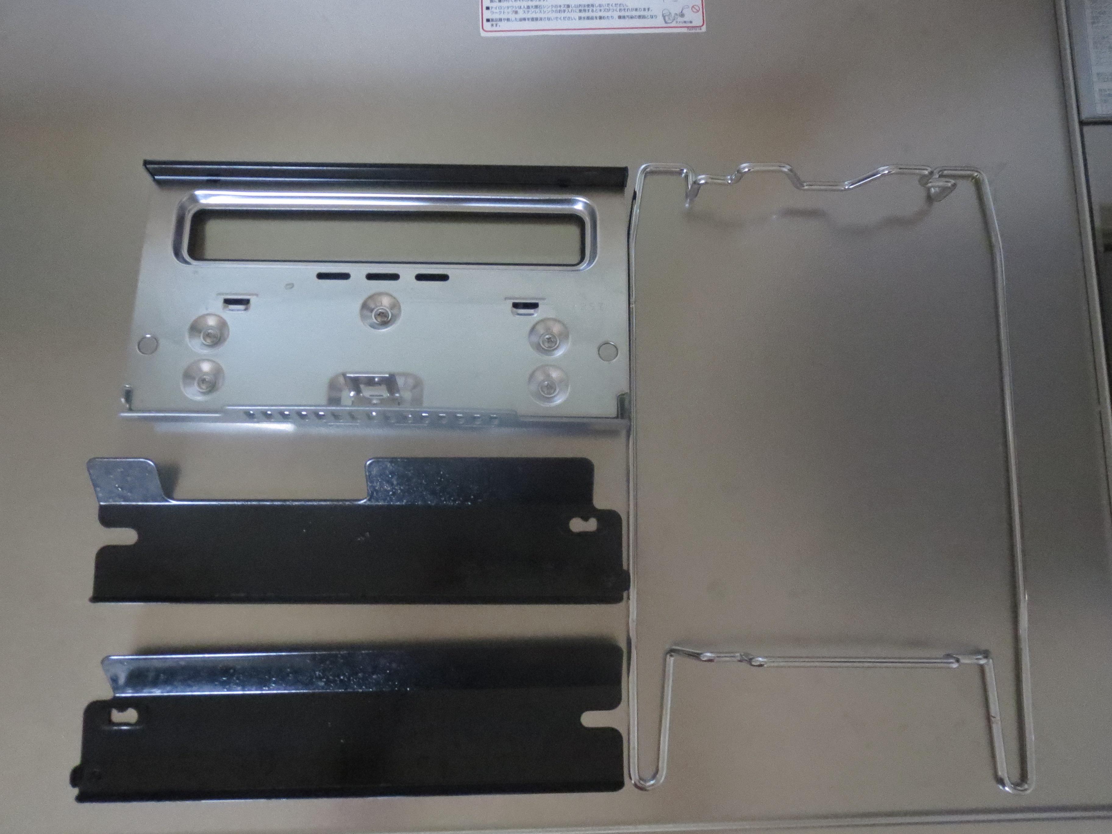 ノーリツコンロ「プログレ」のマルチ部分のとびら、プレートパンを支える枠、グリル左右についているカバーが簡単に取りはずしできるところの画像