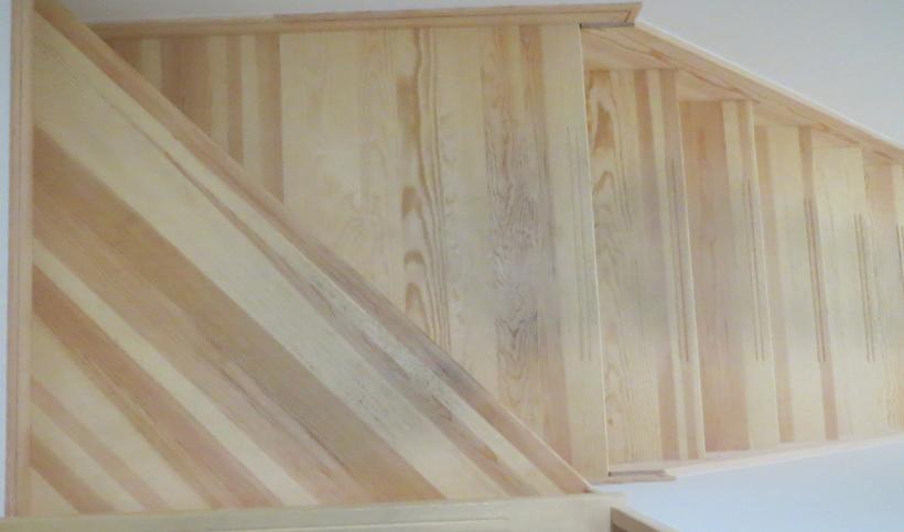 1年間住んだ無垢材を使った我が家の階段の様子の画像