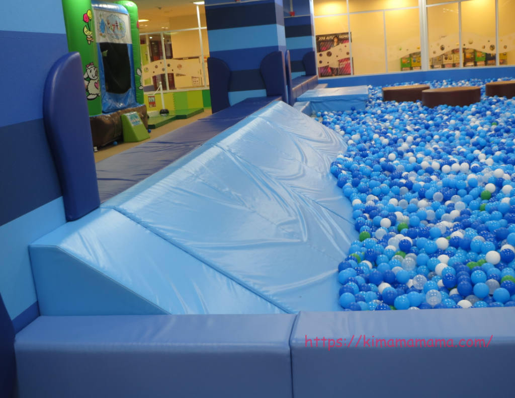 ボールプールのプールサイドの滑り台画像